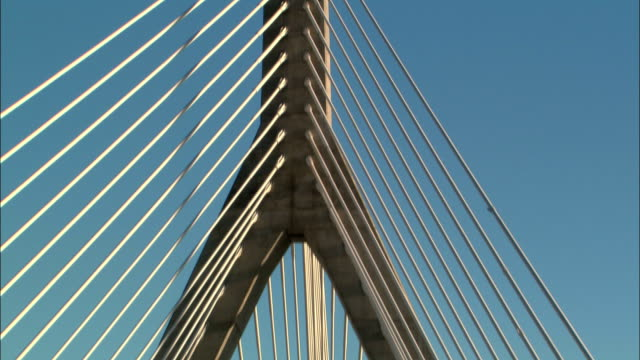 the details of zakim bridge in boston are seen on a clear day. - ザキム・バンカーヒル橋点の映像素材/bロール