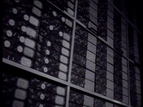 vídeos de stock e filmes b-roll de the director of the national institute for war documentation lou de jong explains the tasks and procedures of the institute his explanation is... - autografar