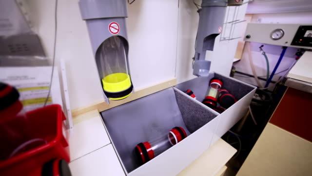 処理のコンテナーズ飛行機管 - 水泳用浮き輪点の映像素材/bロール