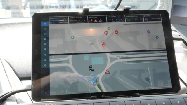 the display of an autonomousdriving car scan be seen during the presentation and inauguration next to the test route for autonomous vehicles on... - juni bildbanksvideor och videomaterial från bakom kulisserna