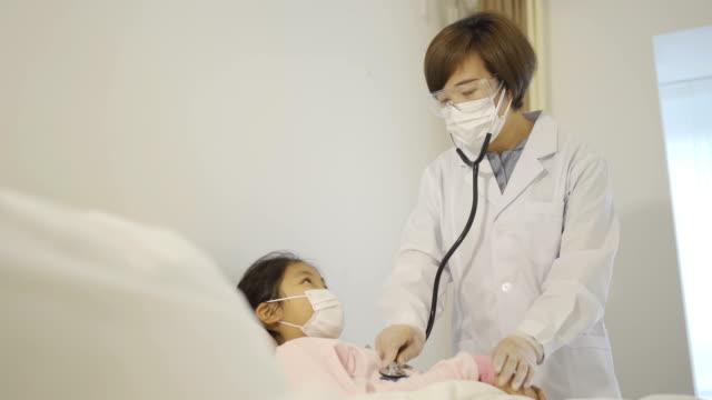 vídeos de stock e filmes b-roll de the doctor is diagnosing the patient - estetoscópio