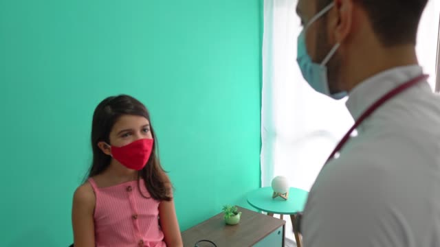 the doctor measures the temperature of the girl - exame stock videos & royalty-free footage