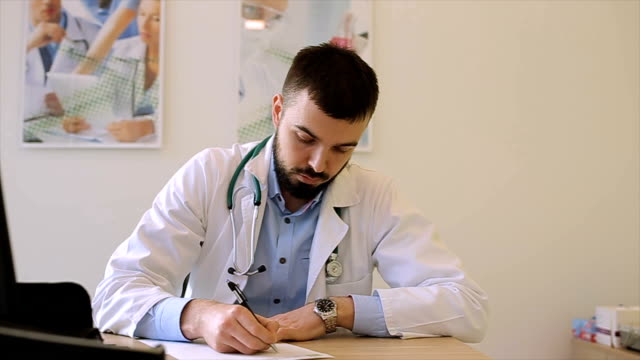 vídeos de stock, filmes e b-roll de o médico escreve um tiro de prescription.dolly - quadro médico