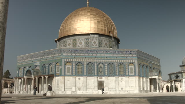 vídeos de stock e filmes b-roll de the dome of the rock is the fought over holy site between jews and muslims and is the prime attraction of the haram essharif or temple mount which is... - jerusalém