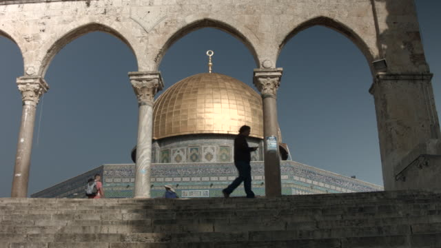 the dome of the rock is the fought over holy site between jews and muslims and is the prime attraction of the haram essharif or temple mount which is... - kuppeldach oder kuppel stock-videos und b-roll-filmmaterial