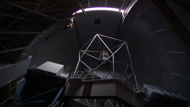 the dome shutter of a telescope closes at the w. m. keck observatory on the big island of hawaii. - 宇宙・天文点の映像素材/bロール