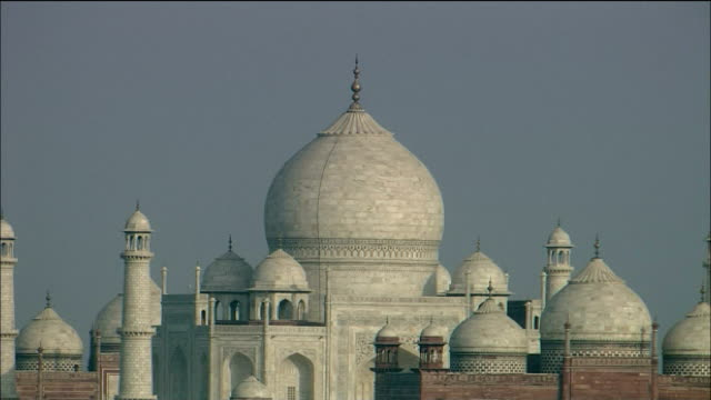 vídeos de stock, filmes e b-roll de the domes of the taj mahal overlook a barren landscape. - mausoleum