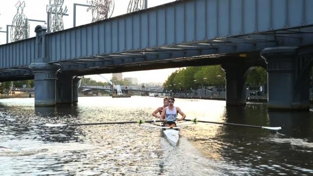 vídeos y material grabado en eventos de stock de the double scull crew from the mercantile rowing club harrison casey and jordan hooper train on the yarra river. rowers from local private schools,... - remo con espadilla