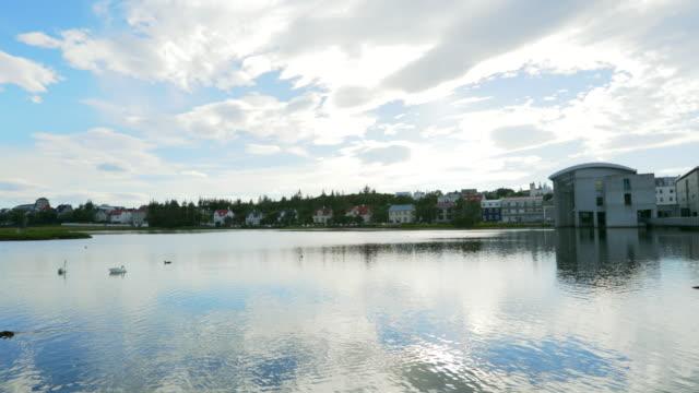vidéos et rushes de le centre-ville de lac tjörnin (the pond) est grouillant de vie, ville de reykjavík, islande - protestantisme