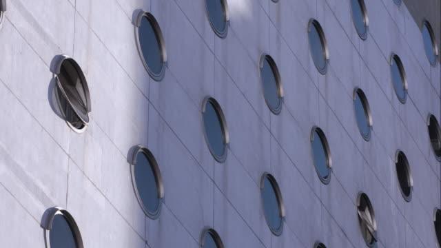 vídeos de stock e filmes b-roll de the dream hotel on 16th and 9th ave in nyc - eco