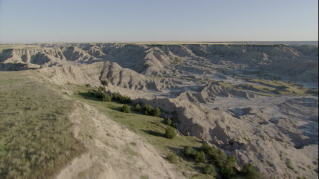 the dry and rugged south dakota badlands stretch across a vast prairie. available in hd. - south dakota stock-videos und b-roll-filmmaterial