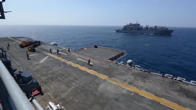 the dry cargo/ammunition ship usns richard e byrd conducts a vertical replenishment with the multipurpose amphibious assault ship uss bataan march 20... - kriegsschiff stock-videos und b-roll-filmmaterial