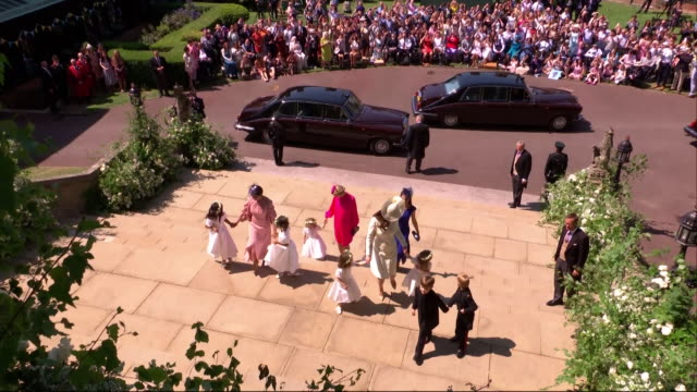 vídeos de stock, filmes e b-roll de the duchess of cambridge arrives with bridesmaids pageboys and other guests at st george's chapel for the wedding of prince harry and meghan markle - hóspede
