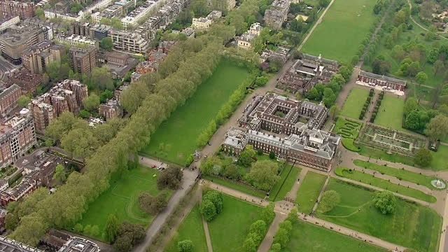 vidéos et rushes de the duchess of cambridge gives birth to a baby girl shows exterior shots aerials kensington palace surrounding gardens on may 02 2015 in london... - 0 11 mois