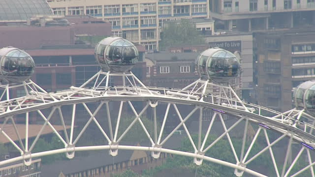 vidéos et rushes de the duchess of cambridge gives birth to a baby girl shows exterior shots aerials the london eye on the thames on may 02 2015 in london england - 0 11 mois