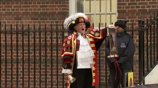 vidéos et rushes de the duchess of cambridge has delivered a baby girl shows exterior shots tony appleton unofficial town crier announces the birth of the princess on... - 0 11 mois