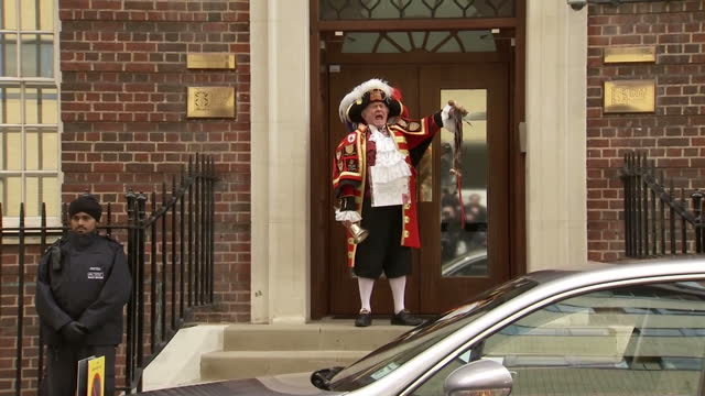 vidéos et rushes de the duchess of cambridge has delivered a baby girl shows exterior shots tony appleton unofficial town crier announcing the birth of the princess on... - 0 11 mois