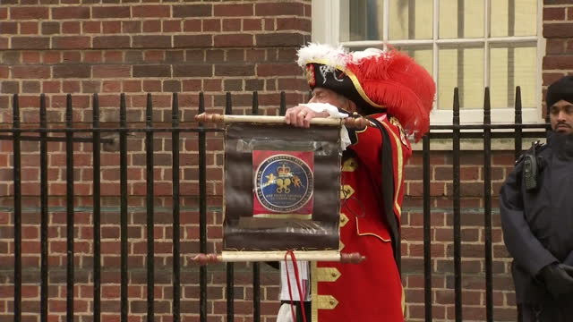 vidéos et rushes de the duchess of cambridge has delivered a baby girl shows exterior shots tony appleton unofficial town crier announcing birth of princess on may 02... - 0 11 mois