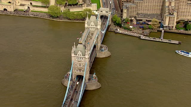 vidéos et rushes de the duchess of cambridge has given birth to a baby girl shows exterior shots aerials the tower of london panning around over the thames on may 02... - 0 11 mois