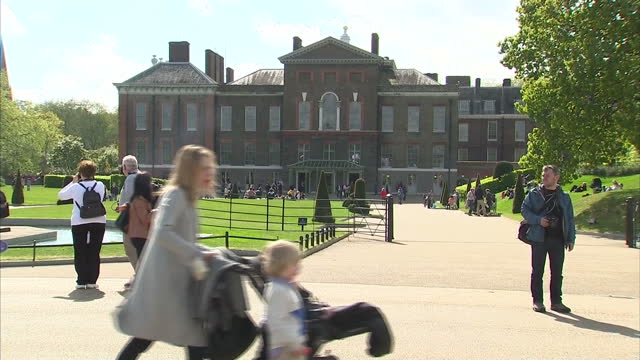 vidéos et rushes de the duchess of cambridge has given birth to a baby girl shows exterior shots kensington palace people walking on the grounds on may 03 2015 in london... - 0 11 mois