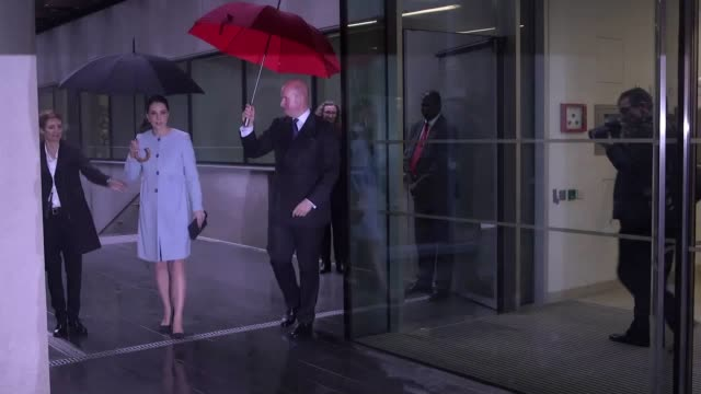 the duchess of cambridge leaves king's college london after visiting the the maurice wohl clinical neuroscience institute. - キングスカレッジ点の映像素材/bロール
