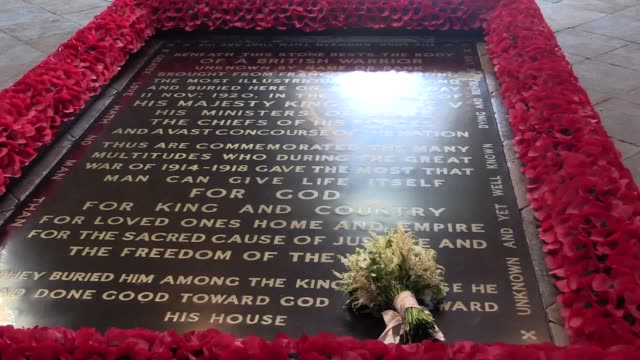 the duchess of sussex has followed the poignant royal tradition of having her wedding bouquet left at the grave of the unknown warrior the resting... - bouquet video stock e b–roll