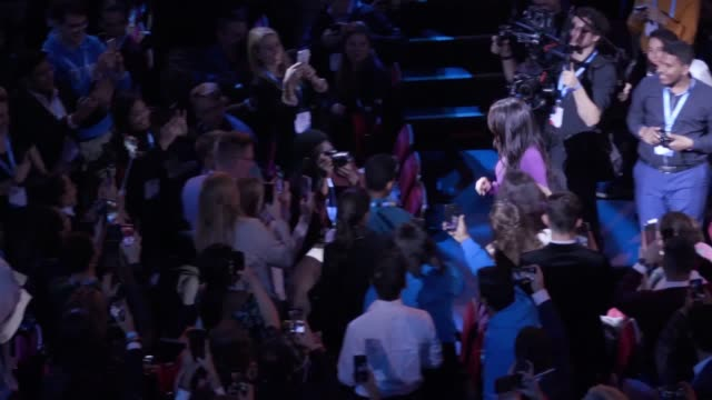 vídeos y material grabado en eventos de stock de the duchess of sussex is greeted by one young world cofounder kate robertson on stage at the royal albert hall but the pair engage in an awkward... - meghan duchess of sussex