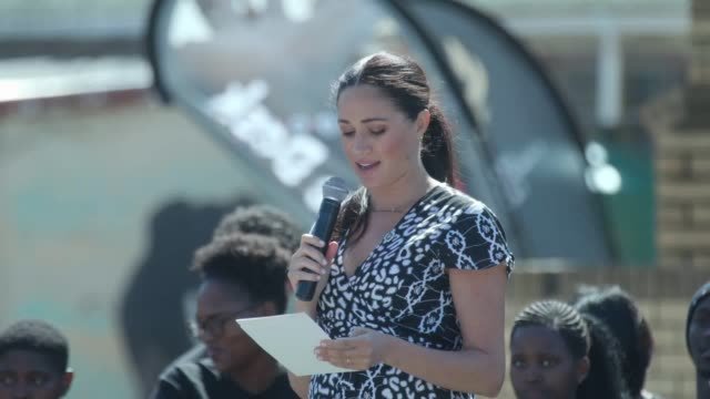 vídeos y material grabado en eventos de stock de the duchess of sussex meghan gives an impassioned and personal speech to the teenage girls of the nyanga township in cape town the duchess talks... - meghan duchess of sussex