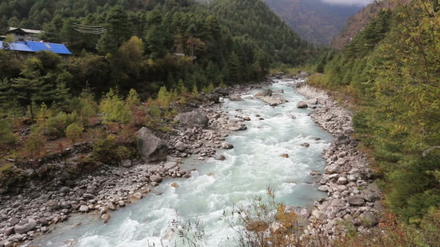 the dudh koshi river valley, himalayan mountains, nepal - mt everest national park stock videos and b-roll footage