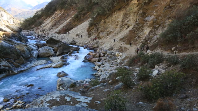 the dudh koshi river valley, sagarmatha national park, himalayan mountains, nepal - mt everest national park stock videos and b-roll footage