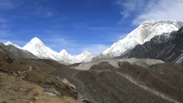 the dughla pass, sagarmatha national park, himalayan mountain range, nepal - mt everest national park stock videos and b-roll footage