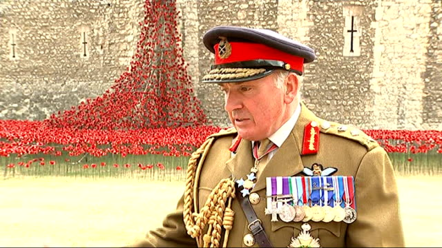 the duke and duchess of cambridge and prince harry open tower of london installation lord dannatt interview sot white collar workers runners people... - white collar worker点の映像素材/bロール