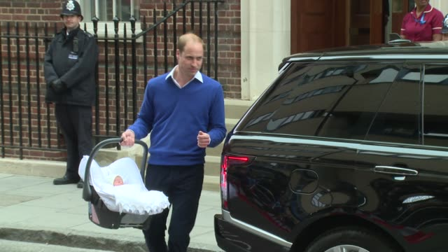 vídeos de stock, filmes e b-roll de the duke and duchess of cambridge leave the lindo wing st mary's hospital with their newborn daughter on 2nd may 2015 in london england - leaving