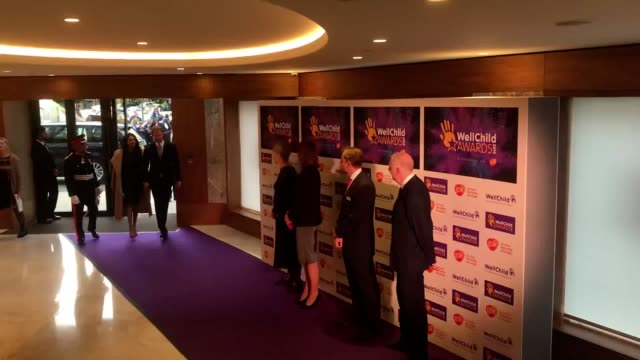 vídeos y material grabado en eventos de stock de the duke and duchess of sussex arrive for the annual wellchild awards at the royal lancaster hotel london - meghan duchess of sussex
