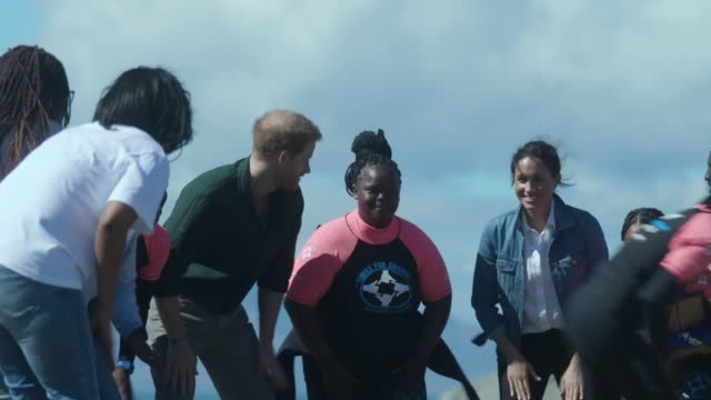 vídeos de stock e filmes b-roll de the duke and duchess of sussex harry and meghan visit monwabisi beach their royal highnesses were shown the work of waves for change an ngo which... - república da áfrica do sul