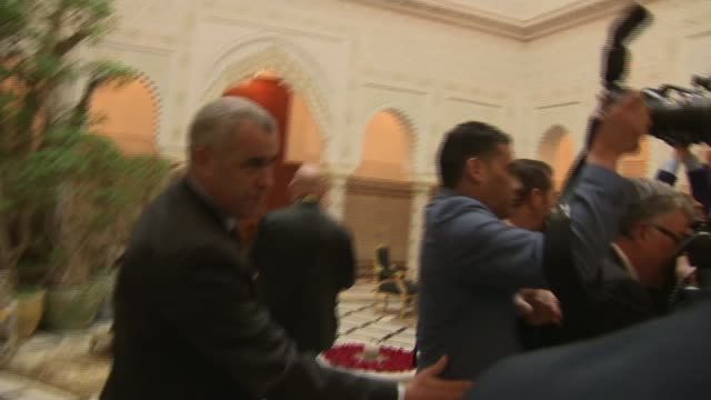 the duke and duchess of sussex meet king mohammed vi; morocco: rabat: int duke and duchess of sussex greeted, presenting gift to king mohammed vi and... - 王点の映像素材/bロール
