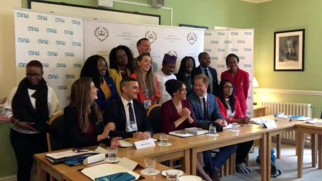 vídeos y material grabado en eventos de stock de the duke and duchess of sussex take photos with delegates from one young world at a roundtable discussion in windsor harry and meghan met with youth... - meghan duchess of sussex