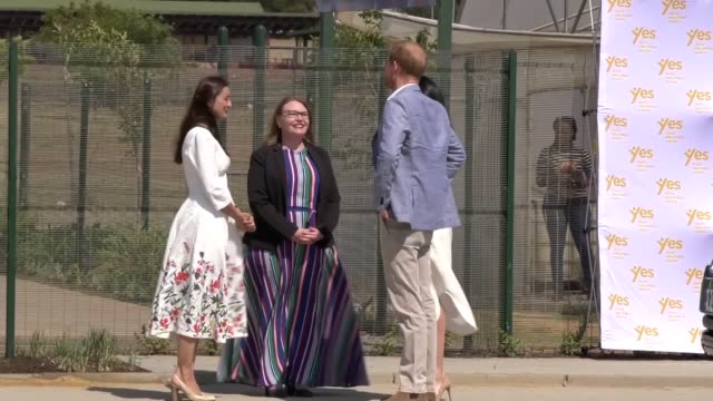 vídeos y material grabado en eventos de stock de the duke and duchess of sussex visit a johannesburg township on the final day of their tour of africa to see the work of youth unemployment services... - meghan duchess of sussex