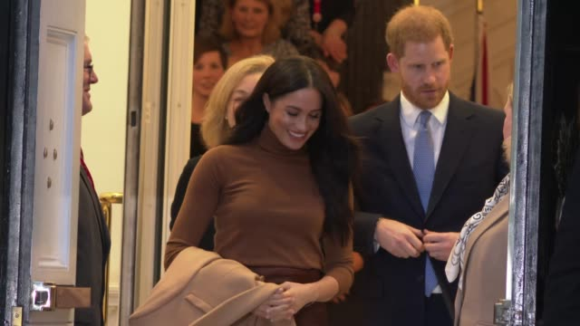 vídeos de stock, filmes e b-roll de the duke and duchess of sussex visit canada house at canada house on december 19 2019 in london england - meghan harry