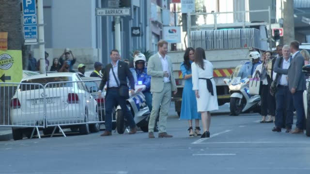 vídeos y material grabado en eventos de stock de the duke and duchess of sussex wave as they arrive for a visit to the district six museum in cape town south africa on the first day of their tour of... - meghan duchess of sussex