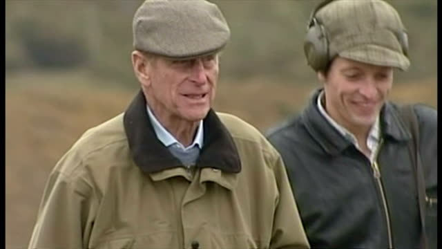 the duke of edinburgh attends shooting event at sandringham. shows exterior shots prince philip walking around sandringham estate in sporting attire... - 鳥を狩る点の映像素材/bロール