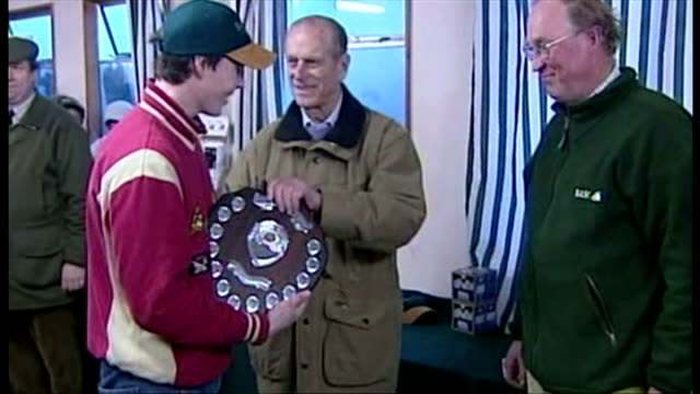 the duke of edinburgh attends shooting event at sandringham. shows interior shots prince philip presenting shield to highest scorer on the day before... - 鳥を狩る点の映像素材/bロール