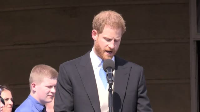 the duke of sussex appears to get stung by a bee during a speech given during celebration for prince charles' 70th birthday celebration at buckingham... - 演説点の映像素材/bロール