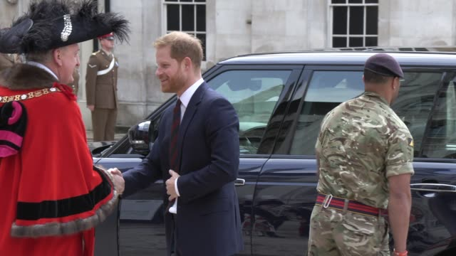 stockvideo's en b-roll-footage met the duke of sussex on april 04 2019 in london united kingdom - britse leger