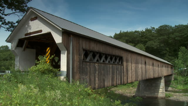the dummerston covered bridge in vermont during a bright sunny day. - überdachte brücke brücke stock-videos und b-roll-filmmaterial