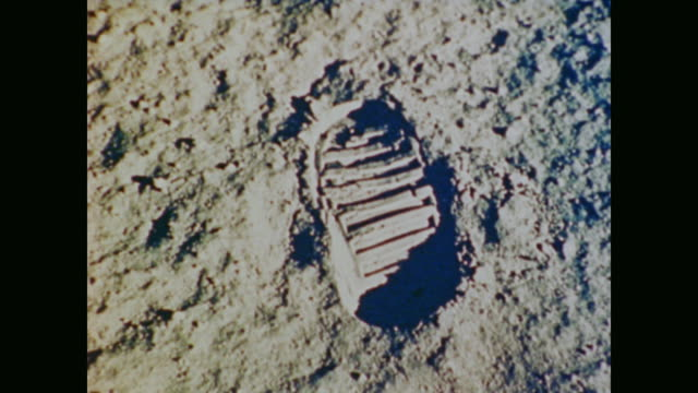 vídeos de stock e filmes b-roll de the eagle has landed that's one small step for man one giant leap for mankind - lua