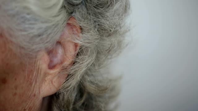 vídeos de stock, filmes e b-roll de as orelha - cabelo branco