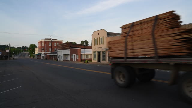 vidéos et rushes de the economic impact of the westvaco paper mill had on the town of wickliffe, ballard county, ky, u.s. on thursday, june 7, 2018. - planche de bois