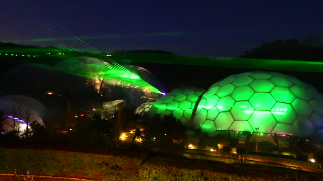 vídeos de stock e filmes b-roll de the eden festival of light and sound lasers illuminate the biomes at the eden project on november 23 2016 in st austell england a new laser light and... - st austell