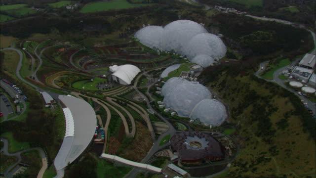 vídeos y material grabado en eventos de stock de the eden project biodomes nestle in a small valley. - cornwall inglaterra